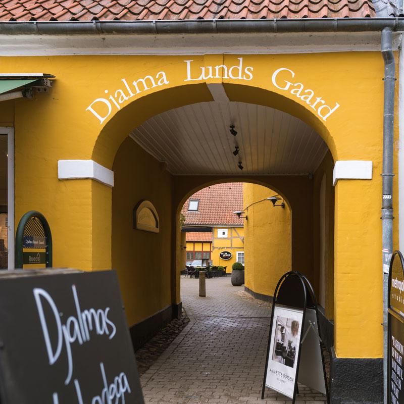 Djalmas Vinbodega porten til Djalma Lunds Gaard set fra Algade i Roskilde